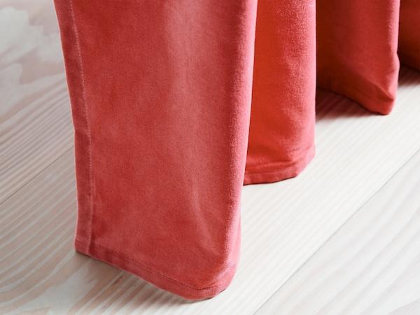 Zasłony zaciemniające SANELA wykonane są z bawełnianego aksamitu w pięknej, jasnobrązowej czerwieni.