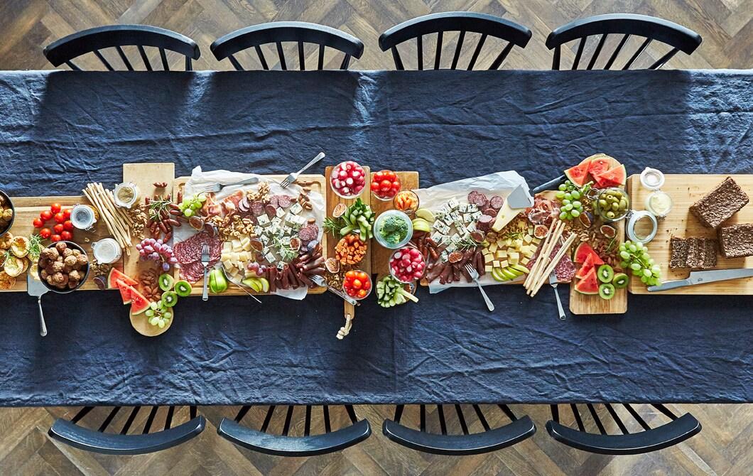 Zastanów się, czy nie warto zastąpić wymyślną kolację, która wymaga długich przygotowań gotowymi potrawami. Pięknie się prezentują i są o wiele mniej stresujące.