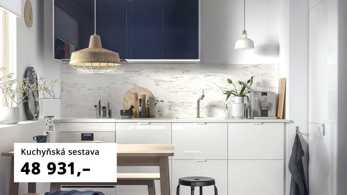 Zásuvky RINGHULT, dvířka JÄRSTA v tmavě modré, minimalistická  kuchyně.