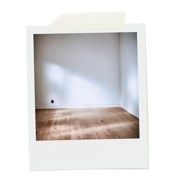 زاوية غرفة فارغة مضاءة بأشعة الشمس بجدران بيضاء فارغة وأرضية خشبية مكونة من ألواح أرضية عريضة غير معالجة.