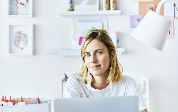 Zdjęcie Chloé siedzącej przy biurku.