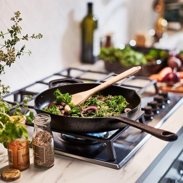 Zelenina sa pečie na panvici VARDAGEN. Panvica je vyrobená z liatiny, ktorá rovnomerne distribuuje teplo.