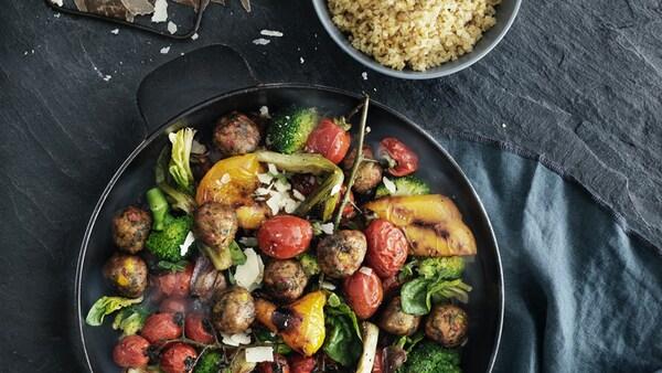 Zeleninové guľôčky na panvici sďalšou zeleninou.