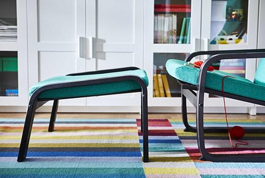 зеленое кресло с подставкой для ног