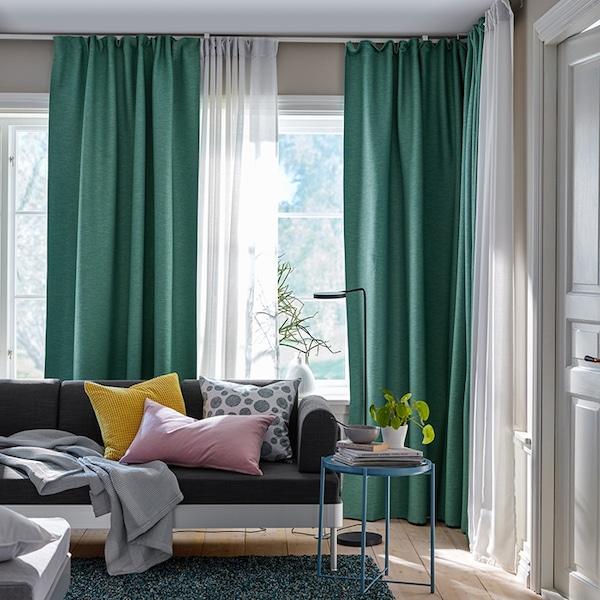 Зелёные шторы в гостиной