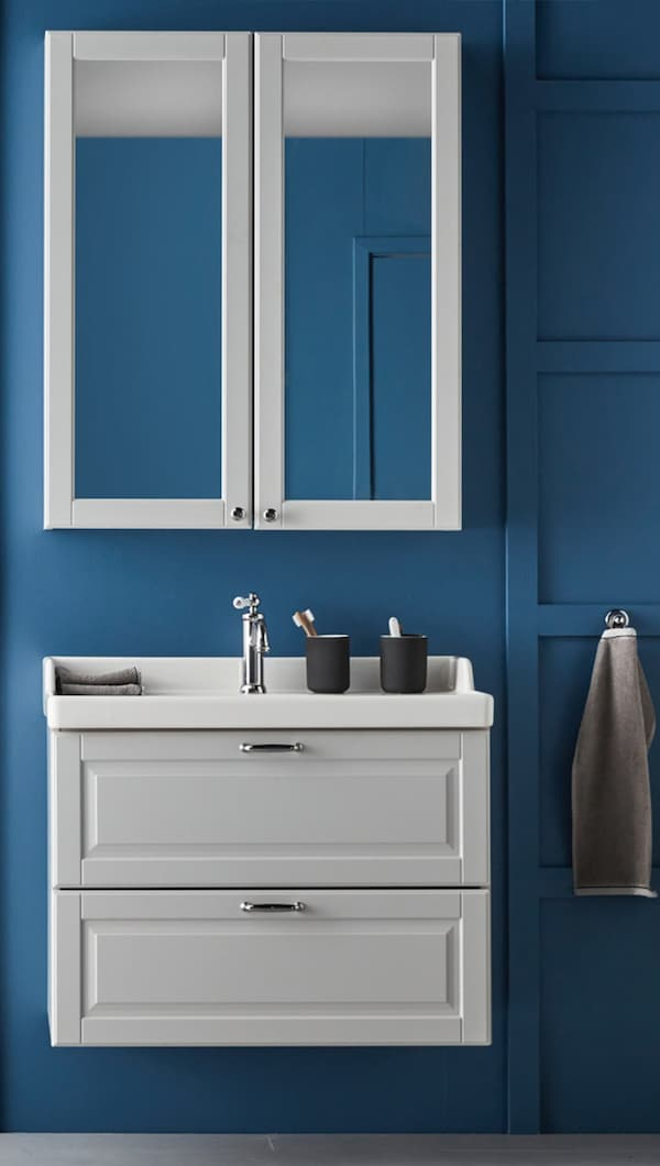 зеркальный шкаф и тумба с раковиной в синей ванной