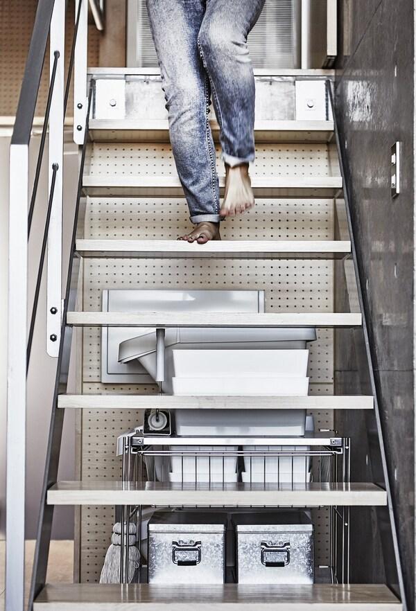 Женщина спускается по лестнице.
