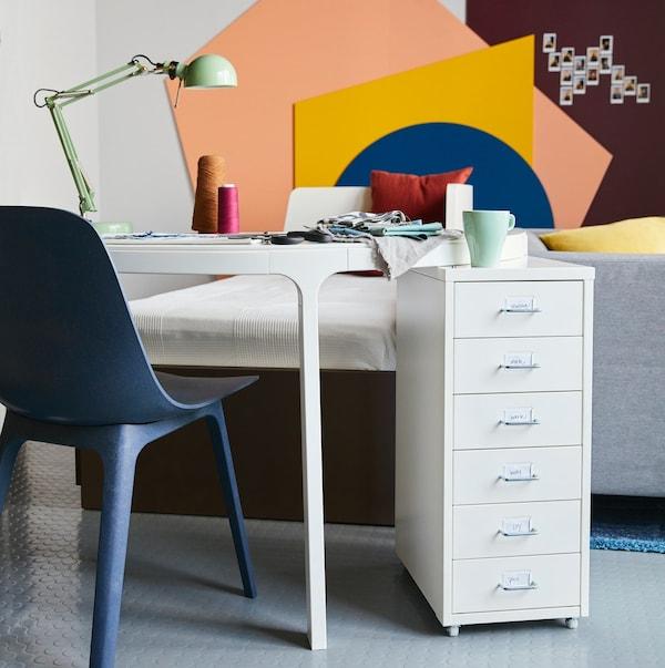 Židle ODGER v modré barvě, která je jedním z výrobků v listopadová nabídce.