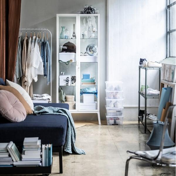 Знайдіть шафи, які допоможуть створити більш впорядковану вітальню.