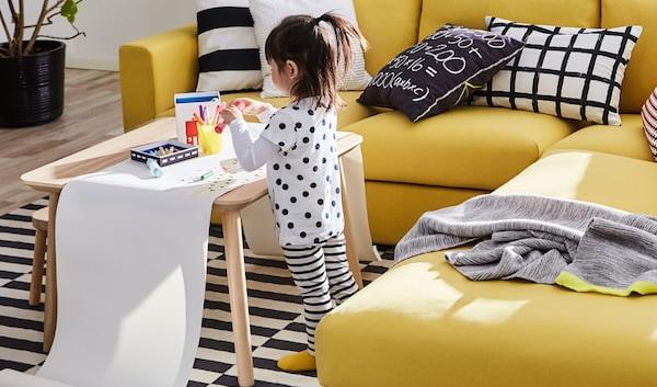 Żółta sofa 3-osobowa VIMLE zapewnia mnóstwo komfortu i wnosi do pokoju dziennego nieco słońca.