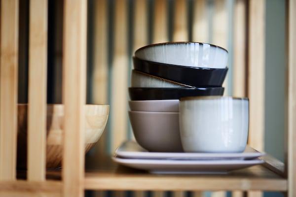 Zoom sur des bols en porcelaines et des tasses empilés.