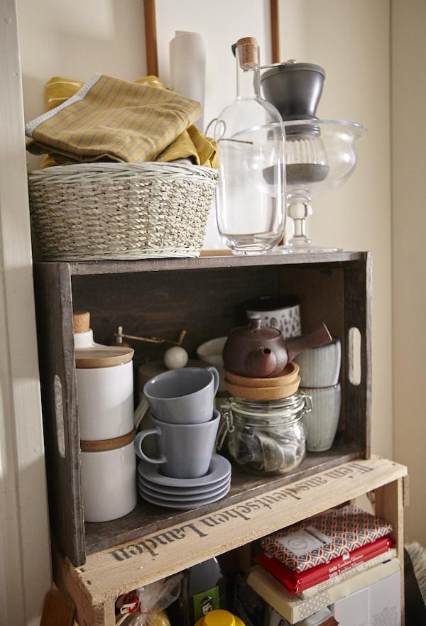 Zusammengewürfelte Sammlungen in einer Kiste unterstreichen das altmodische Ambiente