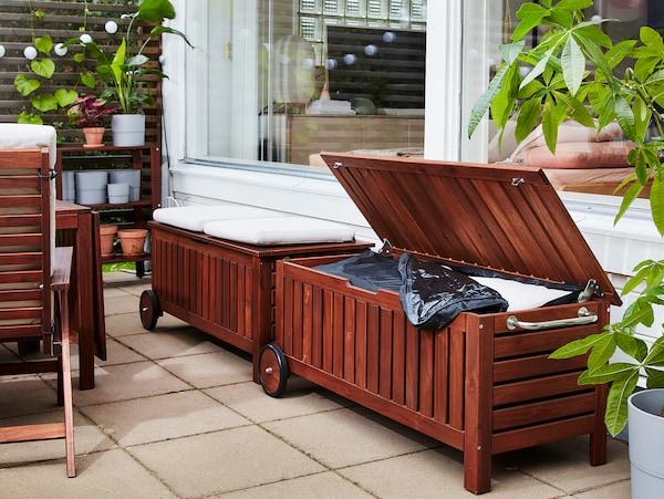 Zwei ÄPPLARÖ / TOSTERÖ Bänke, von denen die eine als Sitzgelegenheit und die andere als Aufbewahrung genutzt wird.