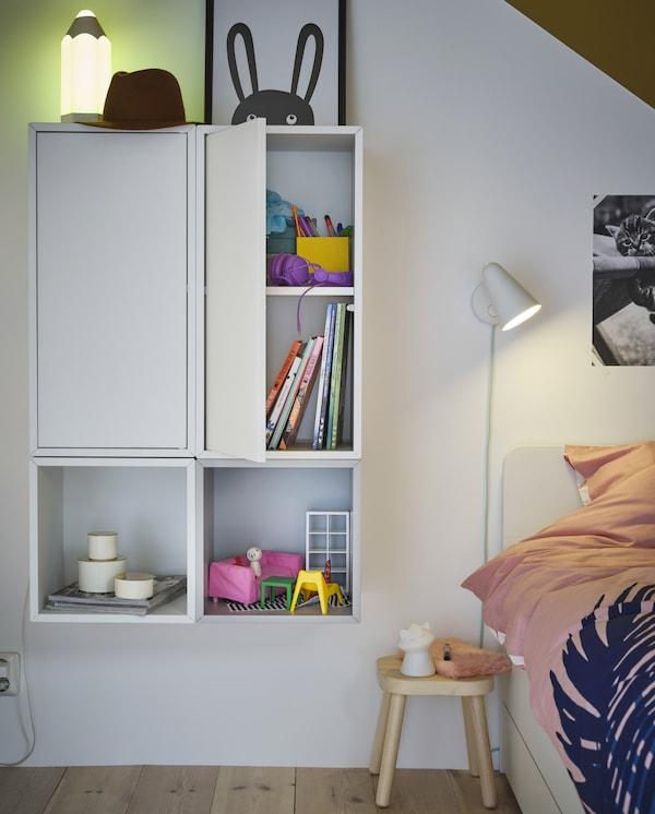 Zwei EKET Schränke mit Tür und Boden sorgen für eine einheitliche Aufbewahrung. Bücher und Spielzeug finden hier ihr Zuhause.