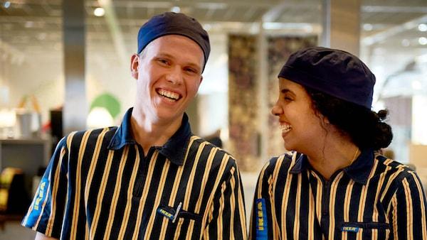 Zwei IKEA Mitarbeiter aus dem Restaurant lachen
