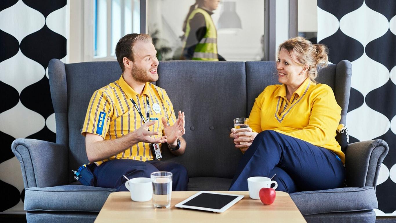 Zwei IKEA-Mitarbeiter in einem Sofa.
