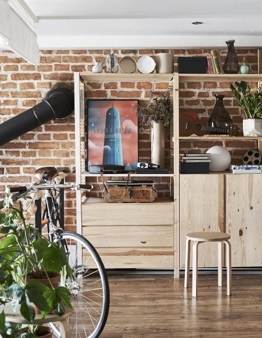 Zwei IVAR Elemente mit Böden, Schubladen und einem Schrank aus Kiefer vor einer geziegelten Wand