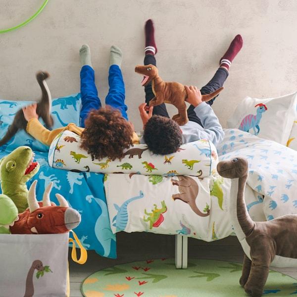 Zwei Kinder liegen auf einem Bett