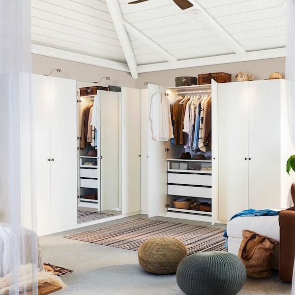 Zwei PAX Kleiderschränke in einem Zimmer