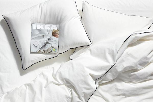 زوجان في سرير مع جيتار في غرفة نوم علوية على طراز صناعي.
