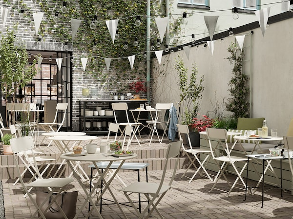 SALTHOLMEN Table+2 folding chairs, outdoor, beige/Kuddarna grey