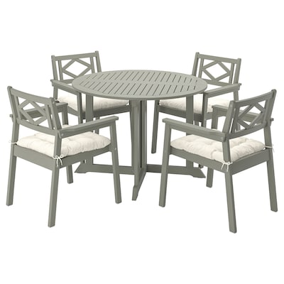 BONDHOLMEN Table+4 chairs w armrests, outdoor, grey stained/Kuddarna beige