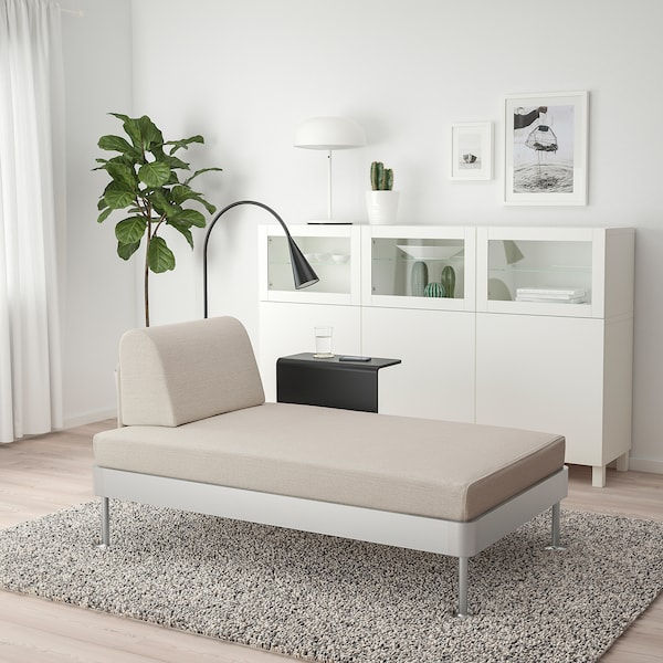 DELAKTIG Chaise longue w side table and lamp, Gunnared beige