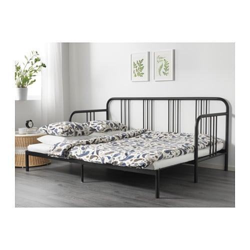 FYRESDAL デイベッドフレーム IKEA ふわふわのクッションをいくつか並べて背もたれにすれば、簡単にソファや寝椅子に早変わりします 一瞬でソファをシングルベッドに変えられるので、フロアスペースを最大に活用できます。ティーンのベッドルームやあまり広さがない場所に最適です