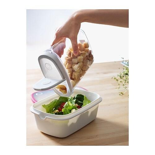 IKEA 365+ 乾燥食品用容器 ふた付き IKEA 中身を入れる際はふたを外し、中身を出す際はふたの片側半分だけ開けて使用すると便利です 細身のフォルムなので、片手でもラクに持つことができます。片手で注ぎながらもう片方の手で調理できるので便利です