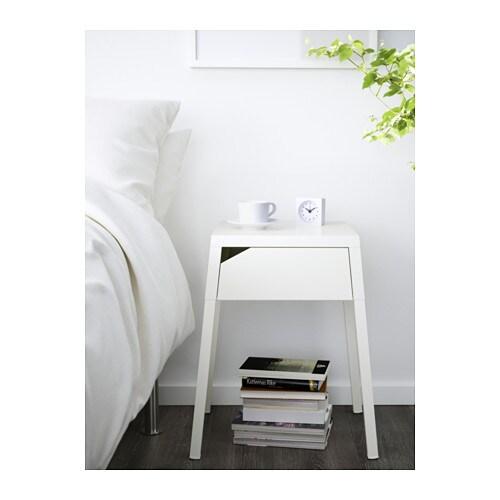 SELJE ベッドサイドテーブル IKEA 引き出しの中に充電器を設置できます 充電器のコードは、引き出しの奥からテーブルの裏側に出してコンセントに接続できます