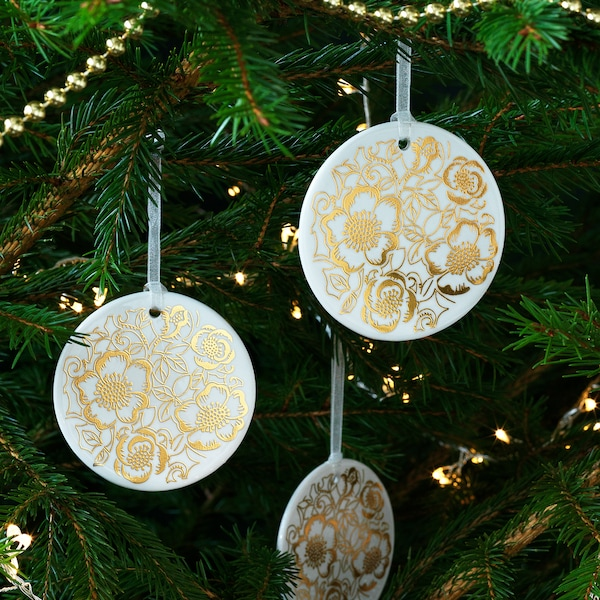 VINTER 2020 Hanging decoration, white/Christmas rose pattern gold-colour, 7 cm