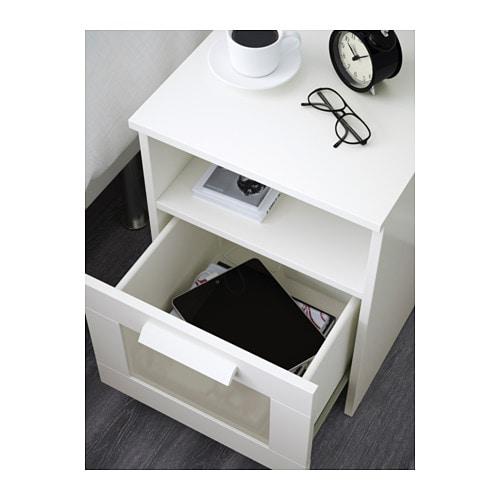 BRIMNES 브림네스 침대협탁 IKEA 서랍 안에 충전기용 멀티탭을 넣어둘 수 있습니다. 뒤쪽으로 전선을 빼서 정리할 수 있습니다.