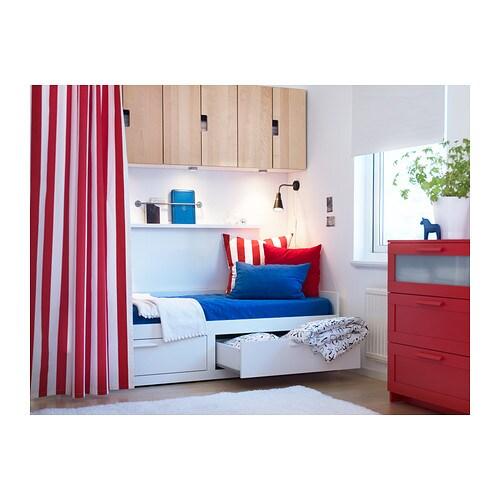 BRIMNES 브림네스 데이베드프레임+서랍2 IKEA 데이베드는 푹신하고 부드러운 베개 몇 개만 있으면 소파나 긴의자로 변신합니다. 소파도 되고 싱글 침대도 되는 제품입니다. 공간을 넓게 쓸 수 있죠. 청소년이 쓰는 방이나 좁은 집에서 사용하기에 제격입니다.