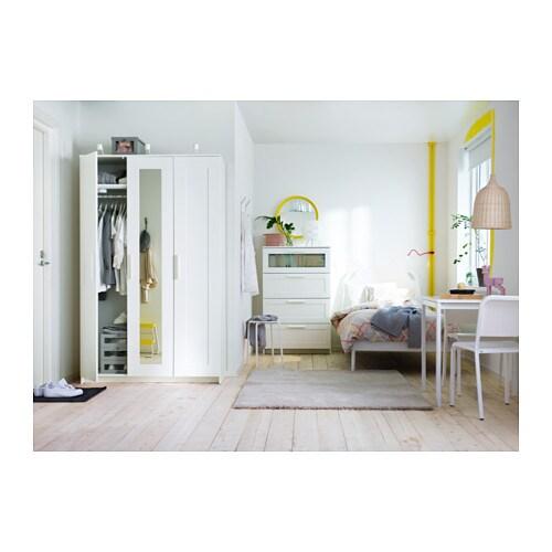 BRIMNES 브림네스 옷장+도어3 IKEA 거울도어는 왼쪽이나 오른쪽, 중앙에 설치할 수 있습니다. 거울도어제품으로 따로 거울을 놓을 필요가 없습니다. 선반의 높이와 간격을 조절하여 나에게 꼭 맞는 수납공간을 만들 수 있습니다.