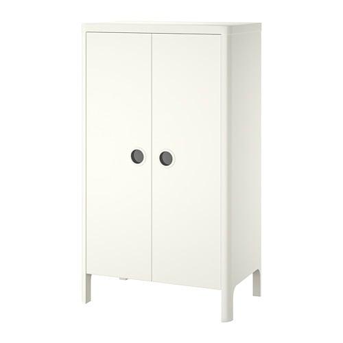 BUSUNGE 부숭에 옷장 IKEA 아이의 성장에 맞춰 옷걸이봉과 선반의 높이를 조절할 수 있어요. 완충장치가 내장되어 있어서 도어가 천천히 조용하고 부드럽게 닫힙니다. 손잡이에 투명 플라스틱이 끼워져 있어서 내부는 잘 보이고 먼지는 들어가지 않습니다.