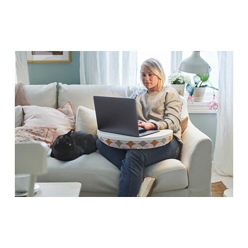 BYLLAN 뷜란 노트북받침대 IKEA 패브릭 커버는 벗겨서 세탁기로 세탁할 수 있어 관리가 편리합니다. 노트북을 무릎이나 경사진 곳에도 안정적으로 올려놓을 수 있습니다.