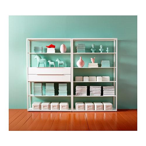 FJÄLKINGE 피엘킹에 선반유닛 IKEA 길고 얇은 선반으로 구성되어 있으며 공기처럼 가벼운 느낌을 줍니다. 깔끔하고 단순한 디자인으로 다양한 스타일의 가구와 조합할 수 있습니다. 스틸 소재를 사용하여 튼튼하고 내구성이 뛰어납니다.
