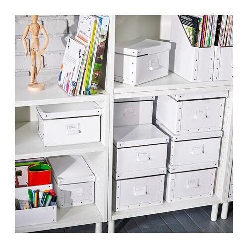 FJÄLLA 피엘라 수납상자+뚜껑 IKEA 원하는 면을 택하여 수납함에 라벨홀더가 달린 손잡이를 부착할 수 있습니다. HEMNES/헴네스 수납 시리즈를 비롯하여 선반 깊이 25cm 이상인 가구/수납 가구에 잘 맞는 크기의 수납함입니다.