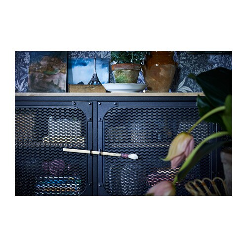 FJÄLLBO 피엘보 TV장식장 IKEA 메탈과 원목 소재의 소박한 TV장식장으로, 뒤쪽이 뚫려있어 전선을 쉽게 정리할 수 있습니다. 철제 매시 도어를 통해 리모컨 신호가 통과하므로 도어 뒤에 전기제품을 놓을 수 있습니다.