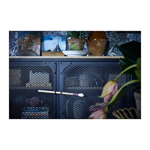 FJÄLLBO 피엘보 TV수납콤비네이션 IKEA 메탈과 원목 소재의 소박한 선반으로, 뒤쪽이 뚫려있어 쉽게 전선을 정리하고 콘센트에 연결할 수 있습니다. 철제 매시 도어를 통해 리모컨 신호가 통과하므로 도어 뒤에 전기제품을 놓을 수 있습니다.