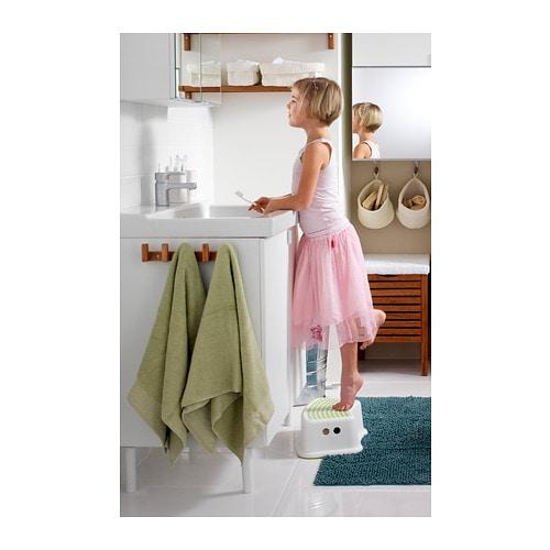 FÖRSIKTIG 푀르식티그 어린이스툴 IKEA 상단의 미끄럼 방지 커버는 미끄러짐 사고의 위험을 줄여줍니다. 바닥에 미끄럼 방지 소재를 사용하여 스툴이 밀리지 않습니다.