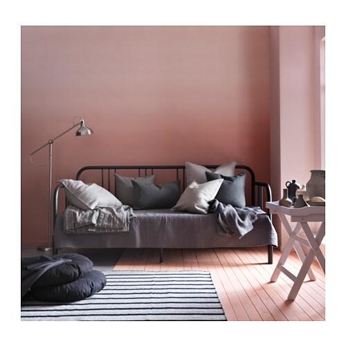 FYRESDAL 퓌레스달 데이베드+매트리스2 IKEA 파우더코팅 스틸이라 관리가 쉽습니다. 유행을 타지 않는 디자인이란 결국 내가 원하는 스타일을 말합니다. 그게 미니멀리즘이든 알록달록한 패턴이든 말이죠.