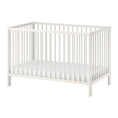 GULLIVER 굴리베르 유아용침대 IKEA 침대 베이스의 높이를 2단계로 조절할 수 있습니다. 아이가 스스로 침대를 오르내릴 수 있게 되면 한쪽 면을 떼어낼 수 있습니다.
