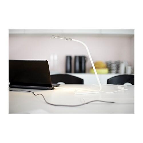 HÅRTE 호르테 LED작업등 IKEA 컴퓨터의 USB 포트나 일반 콘센트에 연결할 수 있어 원하는 곳에서 자유롭게 사용할 수 있습니다. 조명의 방향을 상하로 자유롭게 조정할 수 있습니다. 슈퍼슬림 스탠드로 아주 좁은 공간에도 놓아둘 수 있어서 실용적입니다.