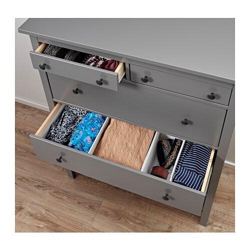 HEMNES 헴네스 6칸서랍장 IKEA 서랍이 부드럽게 열리고 닫히며 스톱 기능이 있습니다. 집은 가족을 보호하는 안전한 장소여야 합니다. 그래서 본 서랍장 제품에는 벽 고정장치가 동봉되어 있습니다.