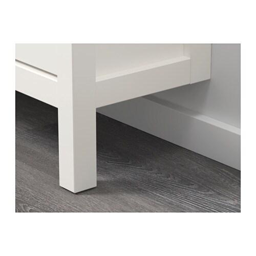 HEMNES 헴네스 4칸신발장 IKEA 신발을 깔끔하게 정리하고 현관을 넓게 사용하세요. 통기가 잘 되고 신발을 오랫동안 새것처럼 보관할 수 있습니다. 수납장의 다리가 앞쪽에만 달려있어 벽의 걸레받이에 걸쳐놓고 사용할 수 있습니다.