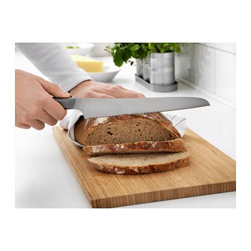 IKEA 365+ 빵칼 IKEA 15년 품질보증. 자세한 내용은 품질보증 브로슈어를 참조하세요. 톱니 모양의 칼날로 빵뿐만 아니라 토마토 같은 부드러운 야채를 썰 때도 좋습니다. 스테인리스스틸 소재를 사용하여 내구성이 뛰어나고 안정적이며 쉽게 잘 닦입니다.