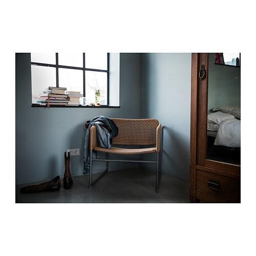 INDUSTRIELL 암체어 IKEA 유행을 타지 않는 디자인의 의자이므로 집안의 기존 가구와 부담 없이 조합하여 사용할 수 있습니다. 어울리는 쿠션 및 담요를 사용하면 매우 포근하고 편안하게 앉을 수 있습니다.