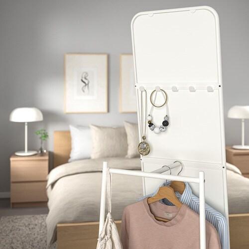 KNAPPER 크나페르 전신거울 IKEA 출근 준비. 늘 바쁘고 피곤하시죠? 다음날 입을 옷을 거울 뒤에 걸어두면 아침이 한결 여유로울 거예요. 입은 옷들을 거울 뒤에 걸어두면 빨래감을 깔끔하게 보관할 수 있습니다.
