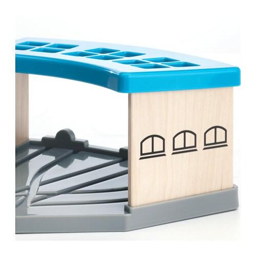 LILLABO 릴라보 기차정비창 IKEA 차고에는 3대의 기차를 나란히 세워둘 수 있어요. 오랜 기간 여행한 수레를 이곳에서 청소하거나 수리해보세요. 아이의 상상력과 운동 능력, 논리적 사고력을 키워주세요.